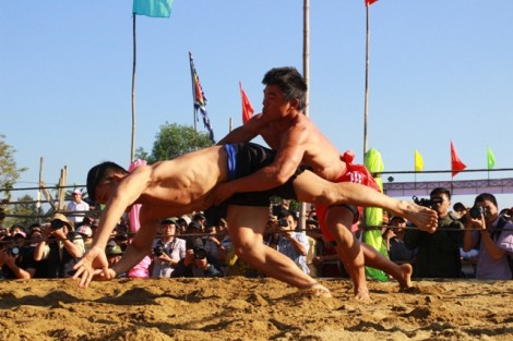 One hundred wrestlers participates in Sình village wrestling festival