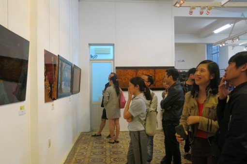 """Hue city hosts an exhibition of 22  lacquer paintings on the theme of """"Time"""""""