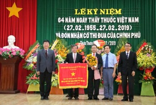 Hue University of Medicine and Pharmacy Hospital receives government emulation flag