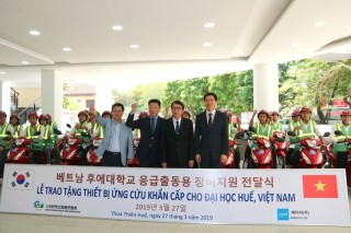 Hue University receives emergency rescue equipment from Korean sponsor