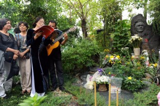 Musician Trinh Cong Son's grave will be moved to Hue