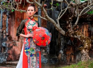 "Admiring the ao dai collection entitled ""Hue Royal Inspiration"""