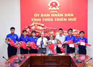 Thua Thien Hue Provincial People's Committee commends students participating in the International Olympiad team