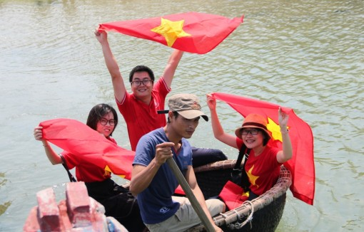 Presenting 500 national flags to people in Loc Vinh