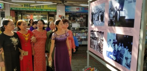 Displaying photos of Dong Ba market past and present