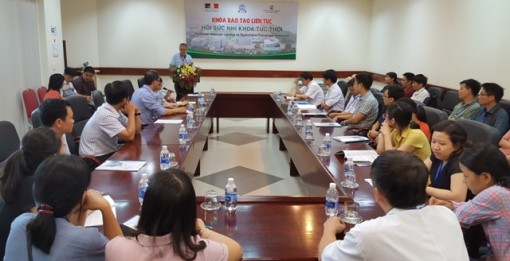 Leading experts from France giving training to improve pediatric cardiopulmonary resuscitation skills for doctors in Hue