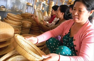 Hue traditional craft villages improve their production procedures