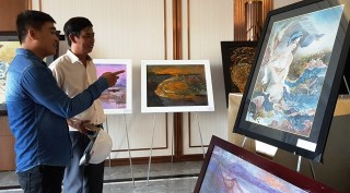 Displaying nearly 100 paintings and photographic works about Lang Co