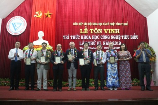 Thua Thien Hue province honors sixteen outstanding intellectuals in science and technology