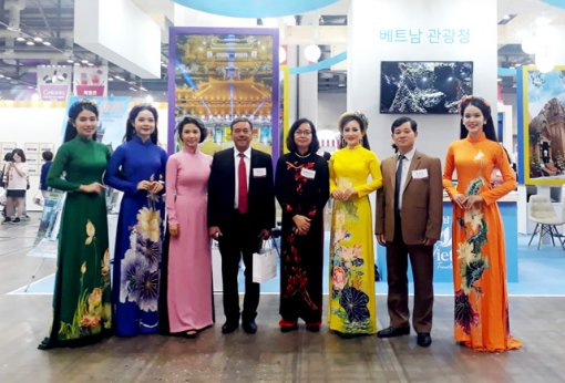 Promoting Hue tourism at Hanatour Fair in Korea