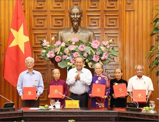 Deputy Prime Minister Truong Hoa Binh receives delegation of people with meritorious services from Thua Thien Hue