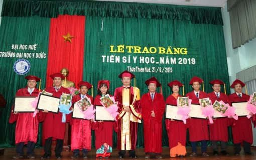 Hue College of Medicine and Pharmacy confers the medical doctoral degrees on eight doctoral graduates