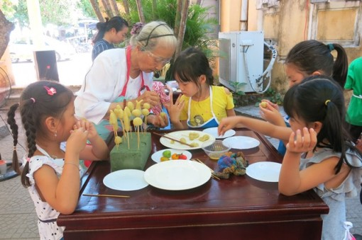 Children learn to make cakes