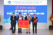 Hue College of Foreign Languages receives the Emulation Flag of the Government