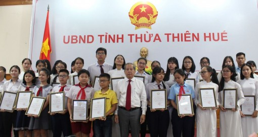Hue city commends 36 students with high achievements in exams