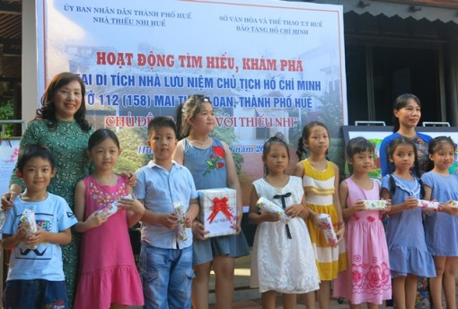 Children discover Ho Chi Minh President Memorial House