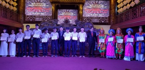 225 students received Vallet scholarship worth nearly 3 million VND