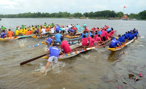 Thrilling boat race to celebrate National Day on the Huong River