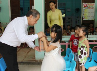 Chairman of the Provincial People's Committee Phan Ngoc Tho presents gifts to children on the occasion of Mid-Autumn festival