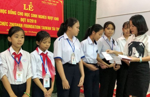Zhishan Foundation awards scholarships to poor students overcoming difficulty