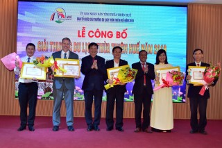 Awarding Hue Tourism Award to units with many contributions to tourism sector