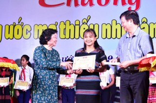 Awarding 220 Vu A Dinh scholarships to students provincewide