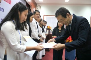 Awarding 20 Keidanren scholarships to students of Hue University