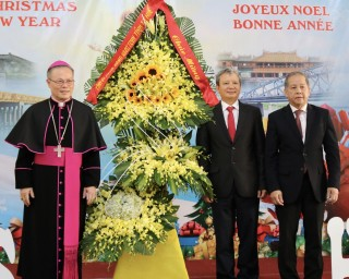 Provincial leaders visit Hue Archbishop's Palace on Christmas occasion