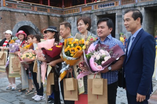 Welcoming first 10 tourists in 2020 to visit Hue heritage