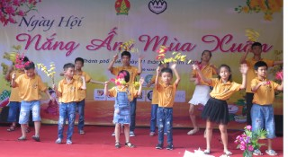 """Nang am mua xuan"" Festival for children at social centers"