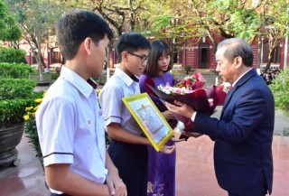 Chairman of the Provincial People's Committee awards certificates of merit to students winning prizes in the National Excellent Student Competition