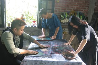 Lacquer painting family