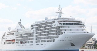 Ultra-luxury cruise Silver Spirit takes over 200 tourists to visit Hue