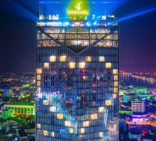 Vinpearl Hotel Hue lights up a heart-shaped symbol to cheer the fight against the COVID - 19
