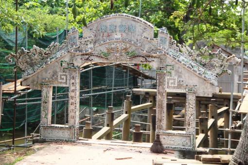 Dismantlement and renovation of Thanh Toan tiled roof bridge
