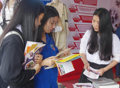 Non-formal training resolves difficulties for College of Arts, Hue University