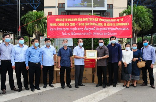 Hue supports medical equipment for 3 provinces of Laos to prevent and combat COVID-19 pandemic