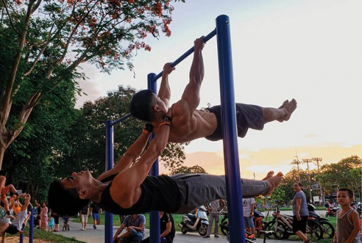 Street workout attracts young people in Hue