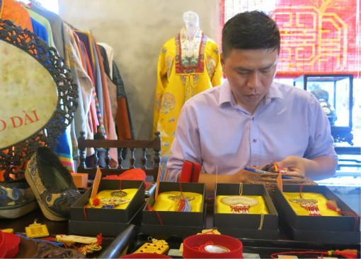 The young man with a passion for the ancient costume of the Nguyen Dynasty