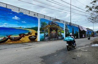 Contemplating Hue through the murals at the foot of Dinh Market Bridge