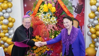 National Assembly Chairwoman Nguyen Thi Kim Ngan extending Christmas greetings to Hue parishioners