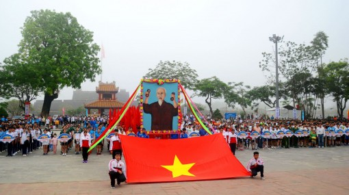 Nearly 2.000 people participating in running race and experiencing the Huong River