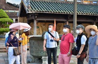 Financial assistance to roughly 2,800 tour guides